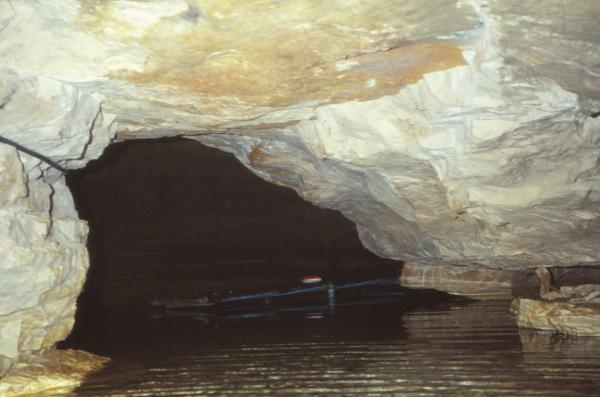 Siphon Scelo supprimé. Ouverture sur les 30m du  lac de la pompeet son ponton en fer.